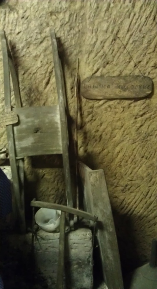 """""""AL PREVI"""": antico scaldaletto posizionato orizzontalmente sotto le coperte.Al suo interno appoggiava lo scaldino di terra cotta (SCIUFETTA) contenente carboni ricoperti di cenere"""